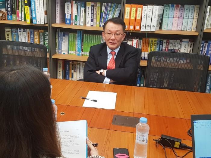 김인만 변호사님 기부인터뷰 사진 4.jpg