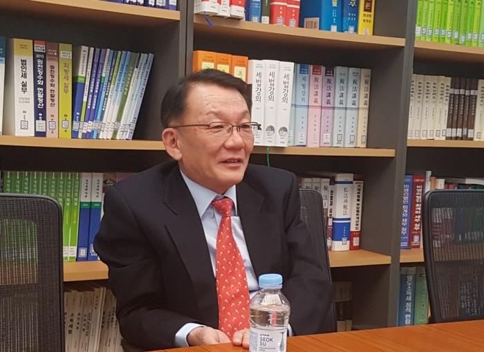 김인만 변호사님 기부 인터뷰 사진 1.jpg