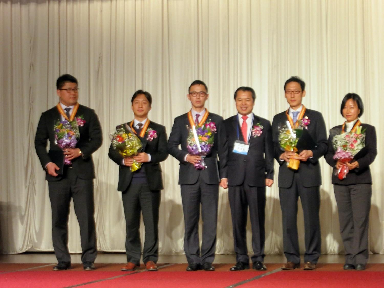 양동수변호사 청년변호사상 수상_왼쪽에서 두번째가 양동수 변호사.jpg